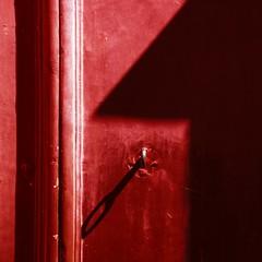 Quando si chiude una porta si apre un portone (meghimeg) Tags: door shadow red sun rot square key ombra sole rosso royo 2012 portone chiave albenga quadrata