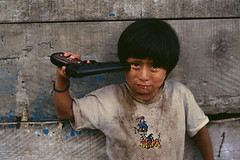 Nio en Peru (Jeisson Mateus Gonzalez) Tags: nyc62870 mcs2004007k009 2004 alto altochurumazu america churumazu latinamerica10018jpg latin latinamerica yanesha child cry crying gun latinamerica10018tif peru pistol tears horizontal sad