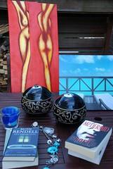 De eerste buit is binnen!  ;-) (Miek37) Tags: schilderijen boeken koninginnedag ketting vrijmarkt branders