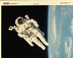 Anglų lietuvių žodynas. Žodis space suit reiškia kosmoso kostiumas lietuviškai.