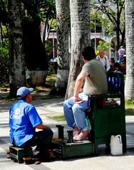 Mister, I clean shoes, not feet! (magellano) Tags: santacruzdelasierra bolivia piazza square plaza shoe cleaner pulitore scarpe street strada people persone candid funny