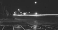 Rue (blanc et noir) (Gabriel Plcs) Tags: schwarzweis blancetnoir blancoynegro blackandwhite filmphotography analogphotography argentique filmisnotdead fd28mm28 ilfordxp2 canonav1 fotografia callejera streetphotography strasefotografie ruephotographie venezuela longexposure bnw 35mm 135mm 24x36 night nuit noche monochrome