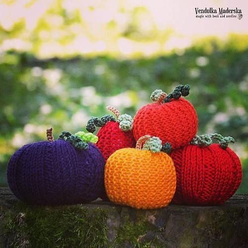 Yesterday, my hooks were jealous a little bit 😊😉😀 #knitted #pumpkins #decoration #vendulkam #magicwithhookandneedles #knitting #pumpkin #colorful #summerproject