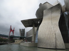Le muse Guggenheim (1997) et le pont de La Salve (1972), Bilbao, Biscaye, Pays Basque, Espagne. (byb64 (en voyage jusqu'au 09-10)) Tags: bilbao bilbo biscaye viscaya bizkaia biscay biscaglia paysbasque euskadi euskalherria paisvasco espagne espana spain spagna spanien europe europa eu ue nervion museguggenheim museoguggenheim guggenheim gehry frankgehry muse museo museum bi titane titanium