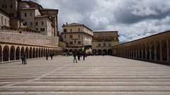 Strangers on square - Assisi (Italy) (luca_margarone) Tags: italy italia europe europa umbria assisi city citt square piazza persone people sun sole distesa prospective prospettiva profondit clouds nuvole architettura architecture