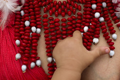 (Lucille Kanzawa) Tags: red brasil vermelho explore bertioga pataxó índia brazilianindian índiabrasileira colardesementes mãodebebê índiapataxó sementesdepaubrasil colarindígena festivalnacionaldaculturaindígena2012 colardesementespaubrasil