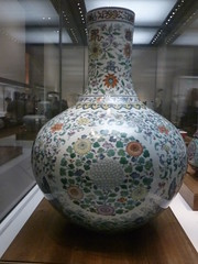 'Doucai' (contending colors) porcelain vase with sea wave + floral roundel design (1723-95) (sftrajan) Tags: china museum beijing muse museo   peking chineseart bijng   nationalmuseumofchina  doucai chineseceramics  zhnggugujibwgun chinesischesnationalmuseum musenationaldechine