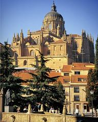 Spain - Salamanca cityscape and Catedral Nueva (edk7) Tags: sunset architecture canon spain 2000 apartments cityscape kodachrome salamanca ef 2880mm catedralnueva eos650 13556 castillaleon edk7