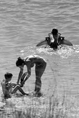 Giovane madre (Cilions) Tags: donna mare estate milf croazia spiaggia madre pag vacanze dalmazia pinna povljana braccioli