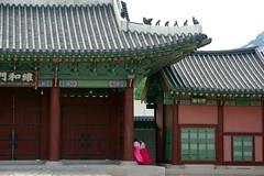 Gyeongbokgung Palace () (C. Alice) Tags: summer roof architecture building girl people 2016 ilce6000 sony a6000 sonya6000 sonysel1670zcarlzeissvariotessart tessar zeiss carlzeiss korea asia seoul 1000v40f 1500v60f 3000views