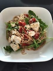 Speltspaghetti, trostomaatjes en gebakken ricotta (tina.vanderauwera) Tags: balsamico rucola speltspaghetti ricotta trostomaten citroen chilipeper look tijm olijfolie
