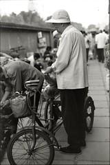 老爷爷 (Imnotblue) Tags: china old blackandwhite man film bicycle shopping market outdoor district tricycle beijing grandpa 北京 黑白 老人 northstation gongyuan xicheng 三轮车 市场 胶卷 公元 marketbytherailway