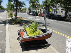An unconventional planter on the Cross Bay Blvd median (quiggyt4) Tags: nyc newyorkcity houses rescue church architectu