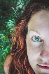 Paradise (La Luna aggira il mondo e Voi dormite.) Tags: chiara sardegna mare sea paradiso luglio caletta ritratto portrait occhi eyes grenn verde estate summer lentiggini freckles rosso red capelli hair
