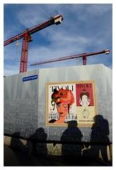 Les Dalton dans le bizarre (hommage  Morris) (Photocg) Tags: affiche ombres tivoli grues palissade