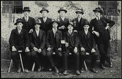 Archiv H177 Rekruten, 1900er (Hans-Michael Tappen) Tags: archivhansmichaeltappen rekruten bierkrug kleidung anzug gruppenfoto bank outdoor zigarette hut hte uhrband 1900er 1900s