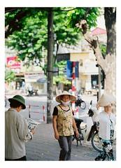 Sunday reading - Ba Trieu 2007 (Hanoi1933) Tags: mediumformat reading newspaper 645 vietnamese sunday hats streetphotography vietnam hanoi mamiya645 batrieu