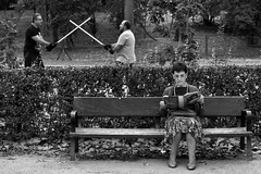image (Luis Iturmendi) Tags: street photography streetphotography starwars star wars swords freaks geeks calle people gente parque park strange bw blancoynegro blackandwhite monochrome monocromo espadas lucha fight