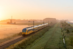 2016.09.09_11768_Alpen aan den Rijn_DDZ 7637 (rcbrug) Tags: sunrise sunset train windmill windmolen steektermolen