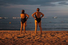 (RoX4NnE) Tags: sunset shadow two sky people man beach water backlight night canon contraluz atardecer person eos one three mar sand women colombia barco ship niche sombra playa arena cielo contraste t3 santamarta