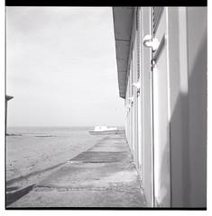 Summer on a solitary beach (Nicola Di Virgilio) Tags: bw film rolleiflex zeiss t mare barche e bianco ilford fp4 nero cabine mesuper pellicola 125iso scansione