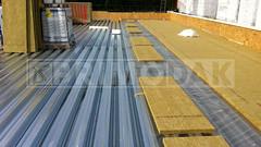 Dakdekker: Dakdekker Rudy en dakdekker Ridvan zijn begonnen op het Teylingen College dat uitbreid met een muzieklocatie van 240m2, dampremmer aangebracht op het staal (met tape) met daarop de eerste isolatielaag in halfsteensverband