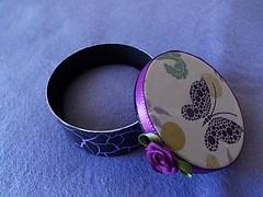 E por dentro, uma almofadinha de feltro feita  mo! (Staring Girl.) Tags: feltro dcoupage craquel minilatinhas