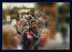 plumas y plumeros (susanamule) Tags: street southamerica argentina calle buenosaires feria ciudad tango santelmo urbanlandscape turistas paisajeurbano plumas caba plumeros ciudadautónomadebuenosaires turismoenbuenosaires susanamule vendedordeplumeros