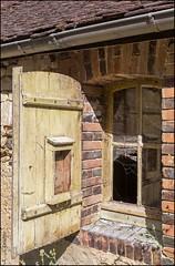 Fentre sur cour ..  Villiers sur Tholon 89 (GK Sens-Yonne) Tags: fentre volet ruine villierssurtholon yonne bourgogne