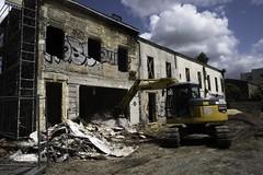 Démolition (Sarah Devaux) Tags: démolition tags nuage ciel contraste urbain bordeaux bassin à flots cité du vin pelleteuse travaux jaune bleu gris grille gravas