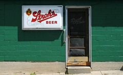 Stroh's Beer at the Royal Palms (Cragin Spring) Tags: strohs beer beersign sign door green illinois il midwest dixon dixonil dixonillinois royalpalms bar piwo bier unitedstates usa unitedstatesofamerica