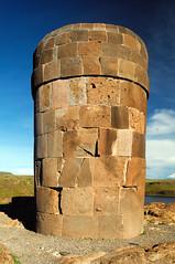 Detalle de una de las chulpas, una tumba de la epoca Pre-Inca, Peru (Martintoy) Tags: trip travel peru inca nikon d2x andes nikkor andino sillustani andean incas puno chulpa chulpas