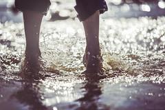 Les Pieds dans un Bokeh d'Eau (Chris Dve) Tags: chris portrait mer france beach nature vintage eau bokeh lumire grain bretagne reflet fullframe pied rayon vague plage clair f28 deve goutte contrejour peau petit sauter dor ocan virage jambe brillant algue 160mm dxofilmpack sonyalpha850 chrisdve
