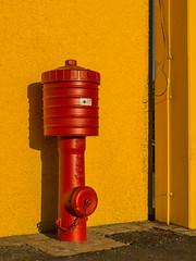 rot-gelb (Peter L.98) Tags: rot gelb wand hydrant