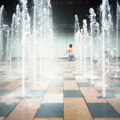 Dance with water. (TAT_hase!) Tags: boy film fountain kodak c beijing hasselblad  portra planar 160 80mm carlzeiss   66   503cxi sanlitunvillage