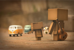 Danbo's lookin' for fun & feelin' groovy! (.OhSoBoHo) Tags: sanfrancisco macro texture hippies daisies canon vintage volkswagen toy japanese robot guitar manga 100mm retro haightashbury righton peaceandlove danbo amazoncojp vwbuses revoltech canoneos40d cardboardrobots danboard danbolove danbophotography groovydanbo theguitarisamagnet myhusbandsagroovyguitarist thevwbusesarelittleornaments