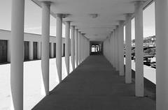 Mille colonnes (Bluefab) Tags: couloir espace deauville colonnes rafraichissement plage ombre silouhette normandie graphique