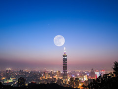 Super Moon with Taipei 101 (Chih-Jan Fan) Tags: moon taiwan super olympus 101 taipei taipei101 tw omd 101 m43 em5 supermoon  cjfan