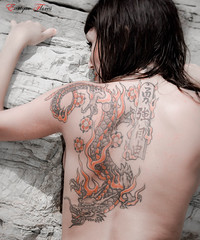 Dragon Khan (Enrique Flores 71) Tags: pink summer woman sexy girl fashion tattoo donna back mujer model glamour eyes sitting chica dragon estate rosa modelo occhi bikini ojos espalda verano dreamy mirada seductive noia seduta drago dona ragazza tatuaggio ulls tatuaje dragonkhan estiu biquini topmodel posado gialli indietro ojosamarillos esquena posat seductora tatuatge insinuating soadora insinuante seducente sognante insinuant somiadora karlafer