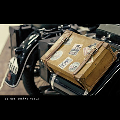 lo que sueas vuela (s.f.p.) Tags: old classic vintage bag flying antique lo que luggage dreaming motorbike antigua moto maleta equipaje vuela marlango sueas