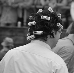 Du hast die Haare schön (Scilla sinensis) Tags: hamburg 2012 schlagermove perücke schlager lockenwickler