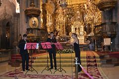 Estrela y Anxo Fernández con Diego Basadre tocando en la Catedral