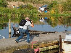 El cazador de imágenes. (J.G.Sansano) Tags: fotógrafos pantalan agua em5