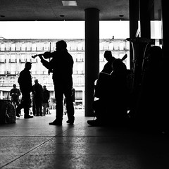 the violinist (Fokko Muller) Tags: street people urban bw musician man museum backlight streetphotography cologne violin 20mm tuba koln urbanphotography keulen lumix20mmf17 panasonicgx1