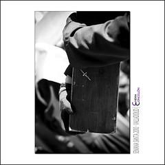 Interioridades procesionales (Chema Concellon) Tags: blackandwhite españa detalle blancoynegro easter spain madera europa europe dof manga valladolid cruz desenfoque rosario ritual madero cultura pequeño devoto semanasanta 2010 tradición castilla guantes celebración cofrade penitente crucifijo procesión rito penitencia hollyweek juevessanto castillayleón colgante costumbre religión cristodelaluz devoción cofradía crucificado víacrucis diminuto hábito pequeñeces crucifixión hermandaduniversitaria chemaconcellón interioridades ínfimo desenfoqueselectivo hermandaduniversitariadelsantísimocristodelaluz bocamanga interioridadesprocesionales