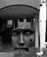 Playing in the city (Amsterdam RAIL) Tags: sculpture face statue architecture football child denhaag kind haag enfant voetbal infante beeld garon gezicht jongen jongetje igormitoraj lahaye tehhague voetballertje