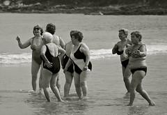 Beach disco dance. (Xabier Alonso) Tags: sea praia beach disco dance nikon women playa oldwomen vigo patos nigran riadevigo mulleres beachdance playadepatos vigobay d3000 nikond3000 mygearandme mygearandmepremium praiadepatos mujeresdanzando