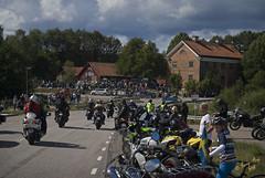 Kurvan vid korsningen #09 (George The Photographer) Tags: turinge sdermanland sweden mlarenrunt lnsvg e3 gamlae3 folkfest byggnad fordon vg uppvisning motorfolk motorintresserade sammankomst motorcykel mc people tegelhuset