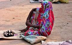 INDIEN , india , unterwegs nach Varanasi, am Rand der Strae, 14259/7130 (roba66) Tags: menschen people leute frau woman portrait aufdenstrasen indianlife indienunterwegsnachvanarasi