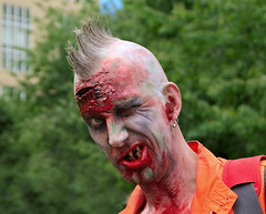 Zombie med glimten i gat (Stockholm Zombie walk 2016) (webbgun) Tags: zombies menzombies events stockholm dressup zombiemakeup disguises smiles crests crazy